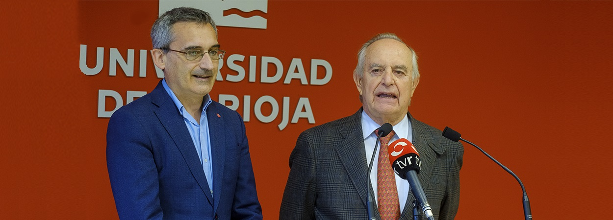 Garnica hace entrega de las acreditaciones a los ocho estudiantes becados este año por la Universidad de La Rioja